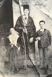 Agustín Luengo Capilla con su madre y otro vecino de Puebla de Alcocer.