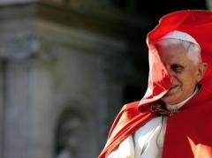 Benedicto XVI azotado por el viento. AFP