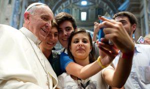 Hasta el Papa Francisco ha sucumbido a la moda del 'selfie'