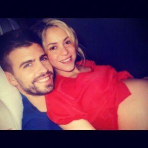 La cantante Shakira y el futbolista Gerard Piqué, anunciando el embarazo de su primera hijo.