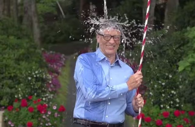 Bill Gates realizando el Ice bucket challenge